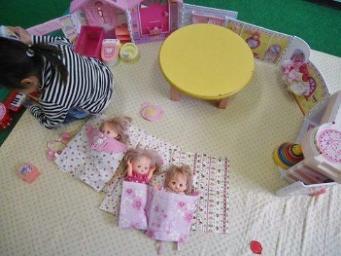 メルちゃんのおうちで遊ぶ女の子
