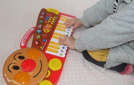 アンパンマンのキーボードで遊ぶ子供