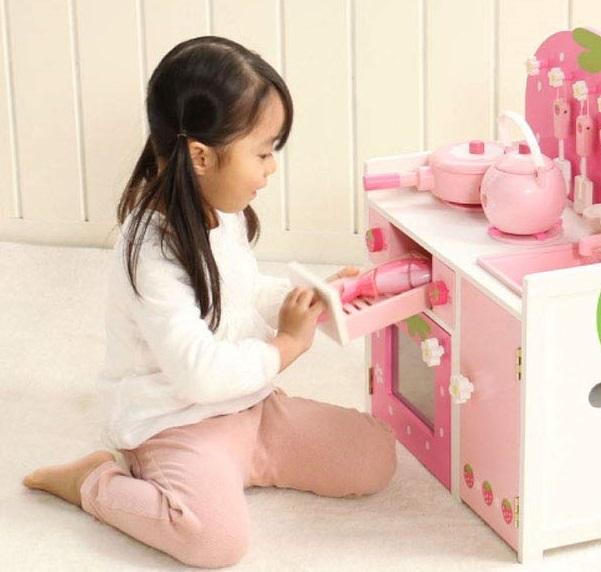 コンパクトなキッチン台で座って遊ぶ女の子