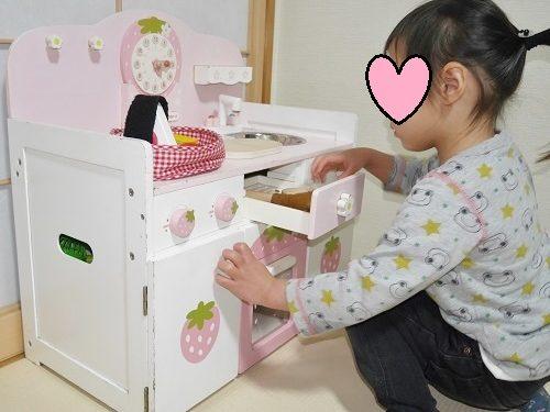 マザーガーデンのキッチン台でグリルを確認する女の子