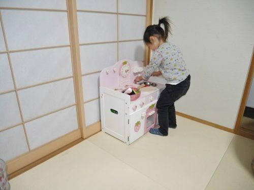 マザーガーデンのキッチン台で遊ぶ3歳の女の子