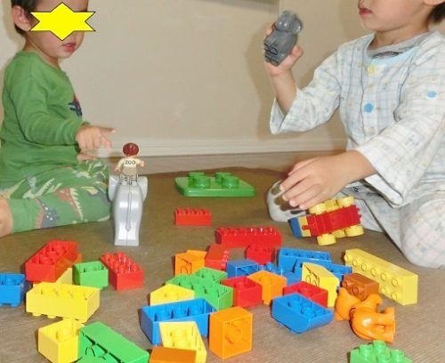 レゴで遊ぶ3歳と1歳の兄弟