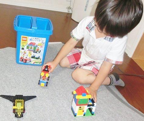 小さいレゴで家をつくって遊ぶ4歳の男の子