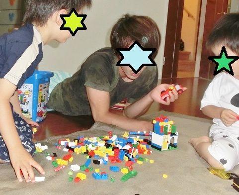 パパと息子2人でレゴで遊ぶ