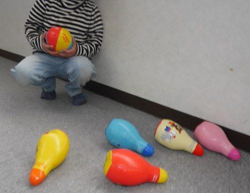 ボウリングのおもちゃで遊ぶ子供