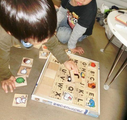 くもんのアルファベット積み木で遊ぶ兄弟