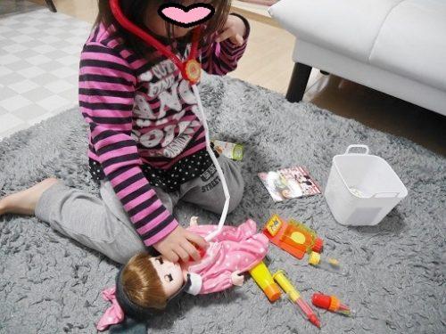 レミンちゃんでお医者さんごっこをして遊ぶ女の子
