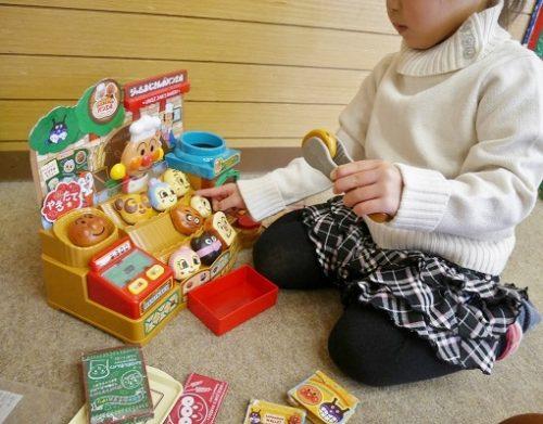 アンパンマンのぱんやさんで遊ぶ3歳女の子