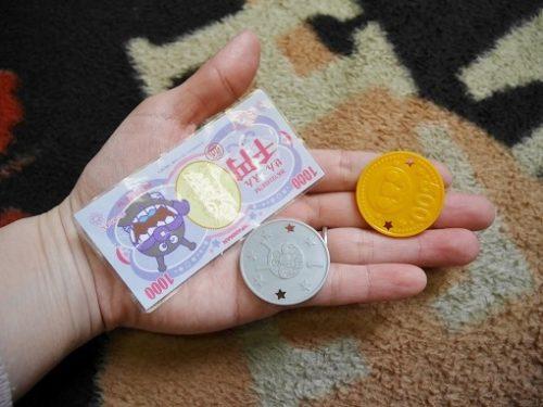 手の平におもちゃのコインと紙幣