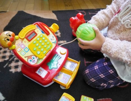 アンパンマンレジスターで遊ぶ女の子