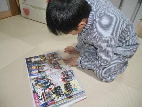 講談社のMOVE図鑑オリンピックパラリンピック大図鑑を見ている男の子