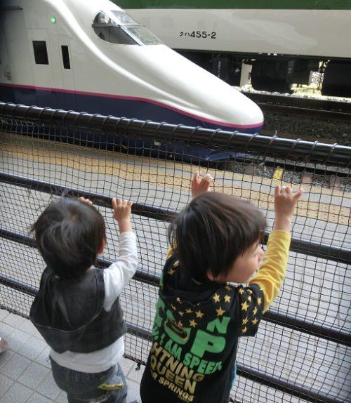 新幹線を見つめる男の子