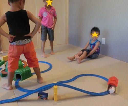 プラレールで遊ぶ3人の男の子