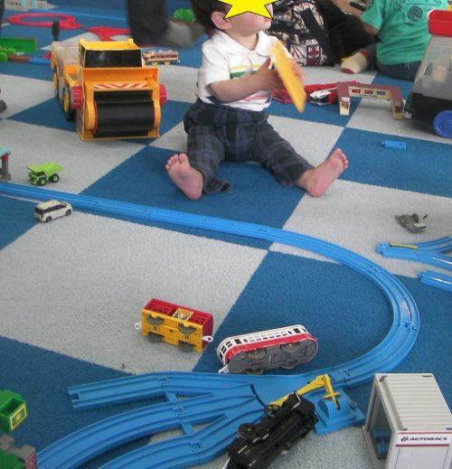 プラレールのおもちゃが散らばっている床
