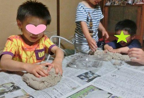 室内で遊べる砂キネティックサンドで遊ぶ男の子