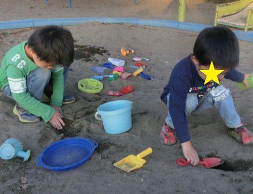 砂場で遊ぶ男の子の兄弟