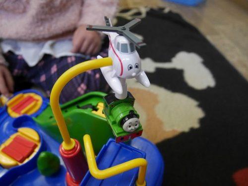 トーマスレッツゴー大冒険のおもちゃでヘリコプターに吊りあげられる機関車