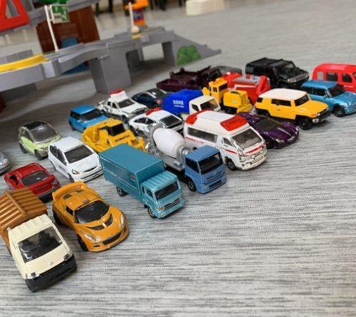 トミカの車がたくさん並んでいるところ