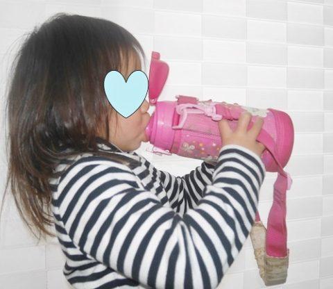 水筒に口をつける女の子