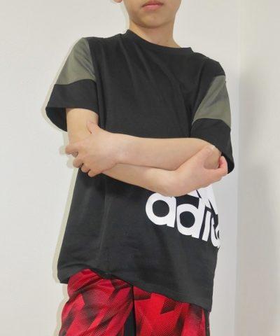 アディダスの黒半袖Tシャツ