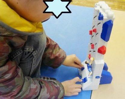 ボルダリングのおもちゃで遊ぶ男の子