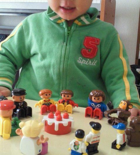 レゴの大きなフィグを集めておままごと