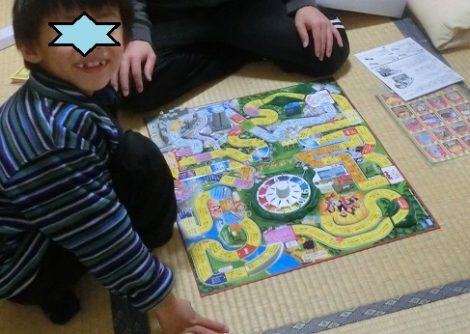 人生ゲームで遊ぶ家族