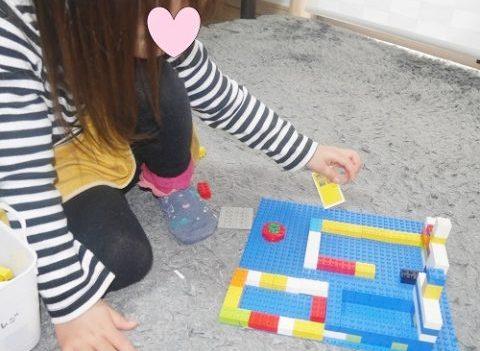 レゴでおうちをつくって遊ぶ女の子
