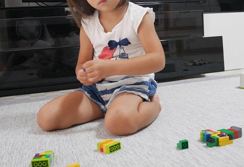 3歳の女の子がレゴで遊んでいる様子