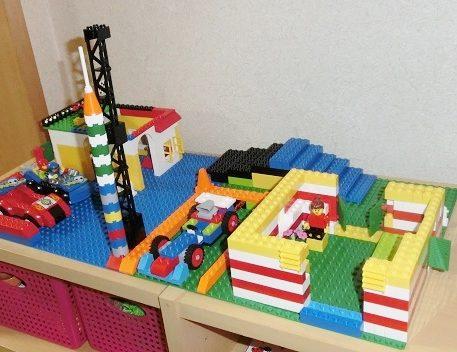 棚の上に置いてあるレゴの作品