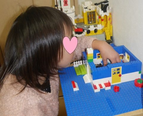 レゴの人形を動かす女の子