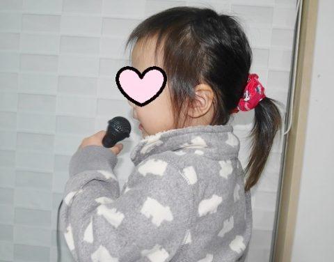 マイクを握って歌う4歳女の子