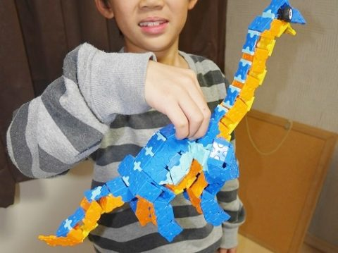 ラキューの恐竜を作る男の子