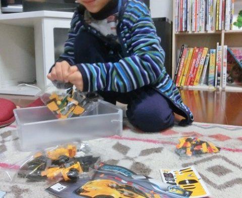 レゴのランボルギーニを組み立てる6歳男の子