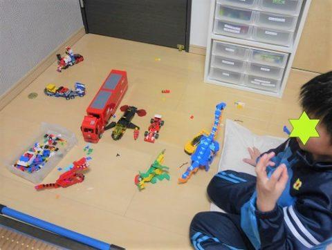 レゴの車とラキューの恐竜で戦いごっこ