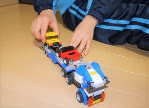 レゴのカーキャリアーで遊ぶ8歳男の子