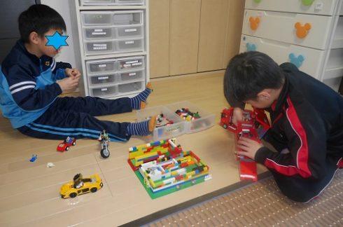 レゴで遊ぶ、小4と小2の男の子