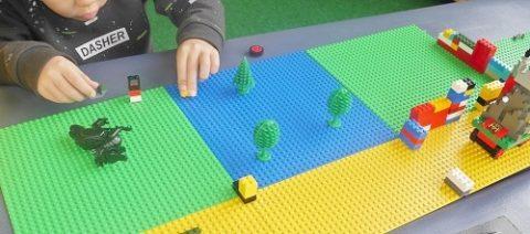 レゴの土台のボードを買い足して、木や車を配置して遊ぶ。