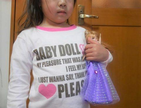 リカちゃん人形を抱っこする4歳女の子