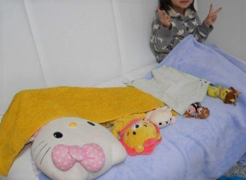 ソファでぬいぐるみと並ぶリカちゃん人形