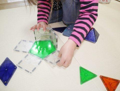 ピープルのピタゴラスで遊ぶ4歳女の子