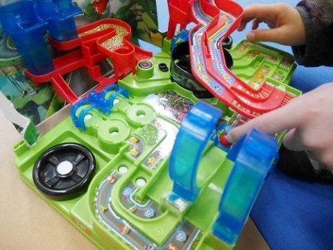 マリオカート8のおもちゃで遊ぶ男の子