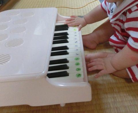 ピアノの鍵盤にシール
