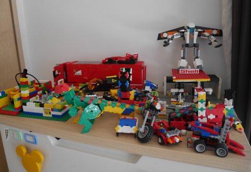 たんすの上にレゴとラキューが飾られている。