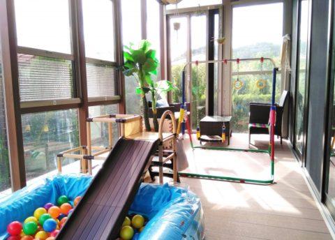 祖父母の一軒家に室内ボールプールやすべり台や鉄棒のおもちゃ