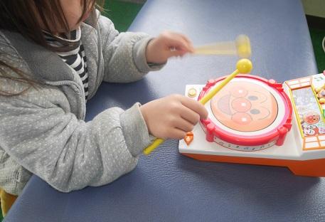 アンパンマンのたいこで遊ぶ4歳の女の子