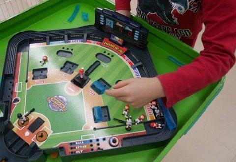 野球盤モンスターコントロールで遊ぶ小学生