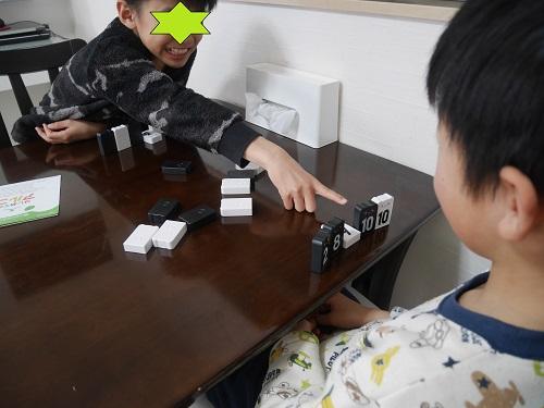アルゴで遊ぶ子供2人