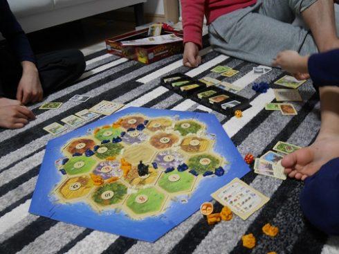 カタンの対戦で長時間かかって遊んでいる親子3人