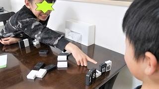 2人で対戦型のゲームおもちゃアルゴで遊んでいる男の子の子供